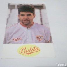 Coleccionismo deportivo: ANTIGUA POSTAL JUGADOR DE FUTBOL DEL EQUIPO SEVILLA C.F. PUBLICIDAD BUKTA. Lote 115625399