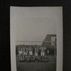 Coleccionismo deportivo: FUTBOL -POSTAL ANTIGUA- ALINEACION EQUIPO DE FUTBOL - VER FOTOS -(52.691). Lote 118355251