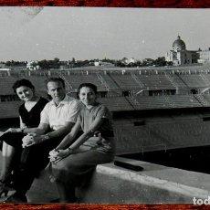 Coleccionismo deportivo: FOTOGRAFIA DEL ESTADIO DE FUTBOL SANTIAGO BERNABEU, MADRID, AÑOS 50, MIDE 10,5 X 7,3.. Lote 125991475
