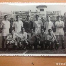 Collezionismo sportivo: FOTOGRAFIA /POSTAL ALINEACION SEVILLA CAMPO DE FUTBOL TARRAGONA 15-2-1948. Lote 130902300