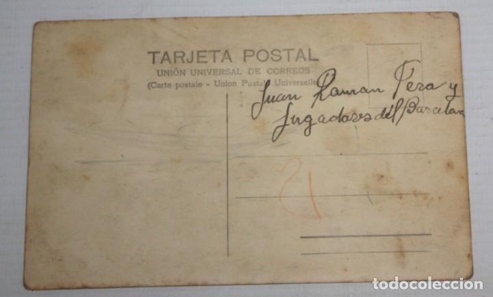 Coleccionismo deportivo: FOTO POSTAL DE VARIOS JUGADORES DEL BARÇA DELANTE DE LAS ARENAS (PLAZA DE TOROS). SIN CIRCULAR - Foto 2 - 136680146