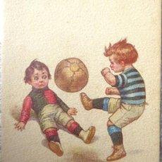 Coleccionismo deportivo: FUT-26. ANTIGUA POSTAL ITALIANA. NIÑOS JUGANDO A FUTBOL. ILUSTRACIÓN DE COLOMBON. AÑO 1921.. Lote 186497940