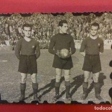 Coleccionismo deportivo: ANTIGUA FOTO TAMAÑO POSTAL JUGADORES CF BARCELONA. Lote 146261338