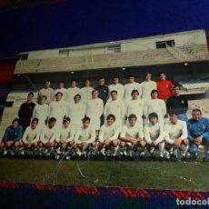 Coleccionismo deportivo: BUEN PRECIO, POSTAL PLANTILLA REAL MADRID 71 72 1971 1972. TOTO RAÚL CANCIO. 21X15 CMS.. Lote 154574802