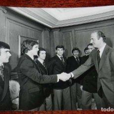Coleccionismo deportivo: LA SELECCION ESPAÑOLA DE FUTBOL, RECIBIDA POR EL REY JUAN CARLOS I, MUNDIAL DE ARGENTINA 1978, RECIB. Lote 156467910