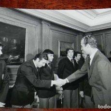 Coleccionismo deportivo: LA SELECCION ESPAÑOLA DE FUTBOL, RECIBIDA POR EL REY JUAN CARLOS I, MUNDIAL DE ARGENTINA 1978, RECIB. Lote 156468006