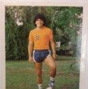Coleccionismo deportivo: POSTAL DE AGFA CON FIRMA Y DEDICATORIA DE MARADONA, 1981.. Lote 161276890