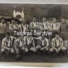 Coleccionismo deportivo: FOTOGRAFIA DEL CLUB DE FUTBOL SIERO, ASTURIAS, 1961 / 1962, POR EL REVERSO ESCRITO EL NOMBRE DE TODO. Lote 161349702