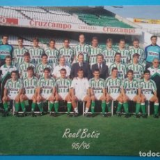 Coleccionismo deportivo: REAL BETIS BALOMPIÉ C. F. FÚTBOL POSTAL EQUIPO PLANTILLA TEMP. 1995- 1996. Lote 169047304
