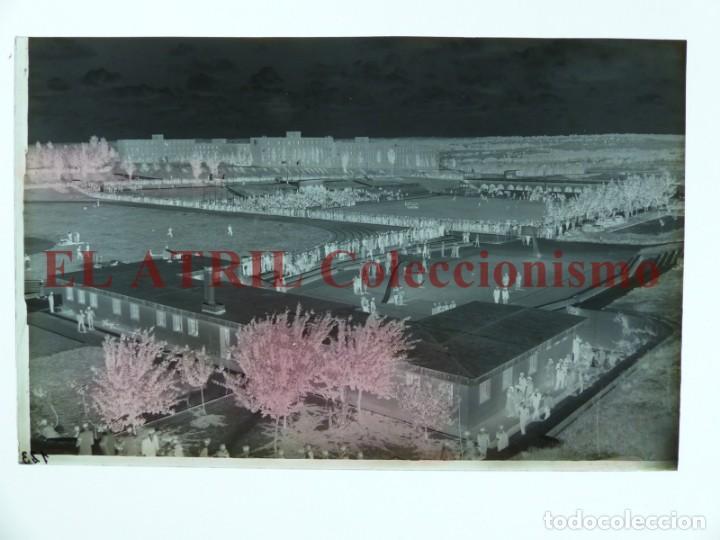 Coleccionismo deportivo: MADRID - CAMPOS FUTBOL ENTRENAMIENTO - CLICHE EN CRISTAL - EDICIONES ARRIBAS - AÑOS 1950 - Foto 2 - 169550864