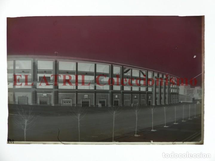 Coleccionismo deportivo: MADRID - ESTADIO FUTBOL CHAMARTIN - CLICHE EN CRISTAL - EDICIONES ARRIBAS - AÑOS 1950 - Foto 2 - 169553240