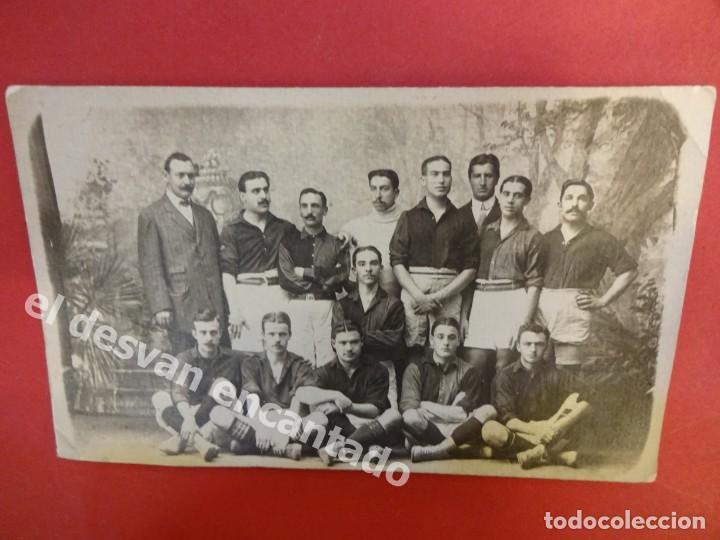 FC BARCELONA. PRIMER EQUIPO POSANDO CON H. GAMPER. FOTO ORIGINAL DE LA ÉPOCA. 14 X 9 CTMS. (Coleccionismo Deportivo - Postales de Deportes - Fútbol)