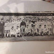 Coleccionismo deportivo: TARJETA POSTAL REAL MADRID FUTBOL CAMPEON 1956 1957 56 57 FELICITACIÓN AUTOGRAFO FIRMA (NO ENTRADA). Lote 174334564