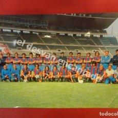 Coleccionismo deportivo: PLANTILLA CF BARCELONA 1973/74. FOTO: SEGUÍ. POSTAL 22 X 15 CTMS.. Lote 175124397