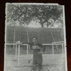 Coleccionismo deportivo: FOTOGRAFIA DE JUGADOR DE FUTBOL, CON PERSONAJE EN LA CAMISETA, AÑO 1900/1910 APROX. NO CIRCULADA. MI. Lote 179239445