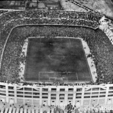 Coleccionismo deportivo: ANTIGUA FOTOGRAFIA DE CELULOIDE EN NEGATIVO DEL ESTADO SANTIAGO BERNABEU, REAL MADRID, 1947 APROXIMA. Lote 183068181