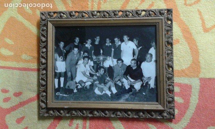 ANTIGUA FOTOGRAFÍA TROFEO CARRANZA CÁDIZ AÑOS 80 ENMARCADA EN DORADO. 18X24 CM. (Coleccionismo Deportivo - Postales de Deportes - Fútbol)
