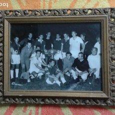 Coleccionismo deportivo: ANTIGUA FOTOGRAFÍA TROFEO CARRANZA CÁDIZ AÑOS 80 ENMARCADA EN DORADO. 18X24 CM.. Lote 183323680