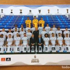 Collectionnisme sportif: POSTAL OFICIAL POSTCARD PLANTILLA REAL MADRID TEMPORADA 2019-2020 TAMAÑO A4. Lote 190306947