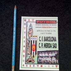 Coleccionismo deportivo: ANTIGUA POSTAL ANUNCIADORA,DE PARTIDO DE FUTBOL, MERIDA-BARCELONA. AÑO 1996. Lote 194232238