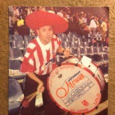 Coleccionismo deportivo: LOLO, AFICIONADO DEL ATLÉTICO DE MADRID. TARJETA PUBLICITARIA DE JAMONES MORÁN.. Lote 199239550