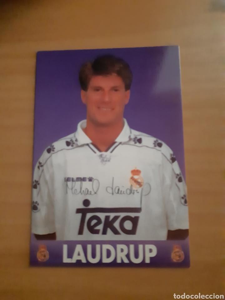POSTAL LAUDRUP REAL MADRID FIRMADA 1995 (Coleccionismo Deportivo - Postales de Deportes - Fútbol)