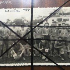 Coleccionismo deportivo: SEU CORUÑA EQUIPO DE FÚTBOL AÑO 1938. 8,5 X 13,5, DESPEGADA DE ÁLBUM. NIC. Lote 205849886