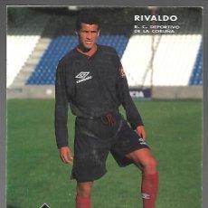 Coleccionismo deportivo: POSTAL DEL FUTBOLISTA RIVALDO, R. C. DEPORTIVO DE LA CORUÑA. UMBRO, DATOS EN EL REVERSO.. Lote 206512103