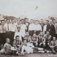 Coleccionismo deportivo: EQUIPO DE FUTBOL EN EL CAMPO-FOTOGRAFICA-POSTAL ANTIGUA-(71.426). Lote 207970738