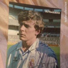Coleccionismo deportivo: FUTBOL TARJETA DE EMILIO BUTRAGUEÑO - REAL MADRID (PARMALAT) - PUBLICIDAD PERFUMERÍA DE SU FAMILIA. Lote 213426923