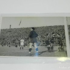 Coleccionismo deportivo: POSTAL FC BARCELONA AÑOS 40/50 - CELEBRANDO UN GOL, FOTOGRAFICA. Lote 218109850