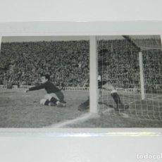 Coleccionismo deportivo: POSTAL FOTOGRAFICA - FC BARCELONA CELEBRANDO UN GOL, AÑOS 40/50, BUEN ESTADO. Lote 218110337