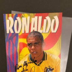 Coleccionismo deportivo: RONALDO POSTAL DEL BARCELONA CON AUTOGRAFO DEDICADA CON ALA CAMISETA DE BRASIL 1996-1997. Lote 221736936