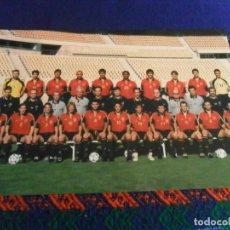Coleccionismo deportivo: POSTAL SIN USO LA SELECCIÓN ESPAÑOLA ESPAÑA DE FÚTBOL EL EQUIPO DE TODOS. 22X15 CMS. FEF AÑO 2000.. Lote 227681050