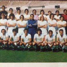 Coleccionismo deportivo: ANTIGUA POSTAL FOTOGRAFIA REAL MADRID TEMPORADA 1974 - 1975 JUGADORES PLANTILLA FUTBOL CF DEL BOSQUE. Lote 229918945