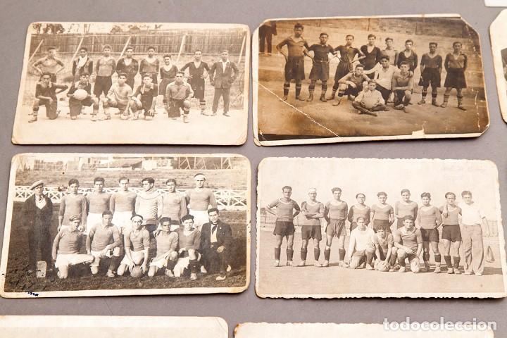 Coleccionismo deportivo: 22 POSTALES FOTOGRÁFICAS FUTBOL - AÑOS 30 - CATALUÑA - Foto 2 - 233510515