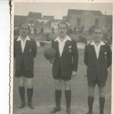 Coleccionismo deportivo: CASTELLAR DEL VALLES-ARBITROS DE FUTBOL- AÑOS 40-50 FOTOGRÁFICA. Lote 234613915