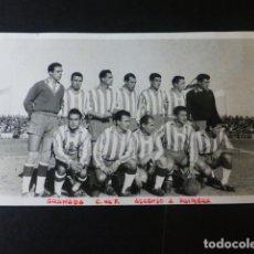 Coleccionismo deportivo: GRANADA EQUIPO DEL GRANADA CLUB DE FUTBOL EN SU ASCENSO A PRIMERA FOTOGRAFIA TAMAÑO POSTAL. Lote 235820325