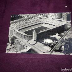 Coleccionismo deportivo: POSTAL DE ANTIGUA FOTOGRAFÍA AÉREA DEL ESTADIO SANTIAGO BERNABEU, ARRIBAS, ZARAGOZA, UNOS 15 X 10 CM. Lote 235923845