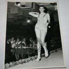 Coleccionismo deportivo: FOTOGRAFIA DE AMPARO MUÑOZ ? EN UN DESFILE DE MODELOS. Lote 236031710