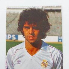 Coleccionismo deportivo: POSTAL DE JUAN LOZANO JUGADOR DEL REAL MADRID - 1983 - PUBLICIDAD DE ZANUSSI EN LA CAMISETA - FOTO R. Lote 252851495