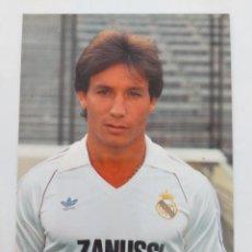 Coleccionismo deportivo: ANTIGUA POSTAL DE ISIDRO DÍAZ JUGADOR DEL REAL MADRID - 1982 - PUBLICIDAD DE ZANUSSI EN LA CAMISETA. Lote 252852075
