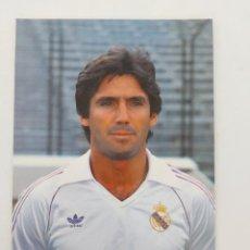 Coleccionismo deportivo: ANTIGUA POSTAL DE SANTILLANA JUGADOR DEL REAL MADRID - 1982 - PUBLICIDAD DE ZANUSSI EN LA CAMISETA -. Lote 252854505