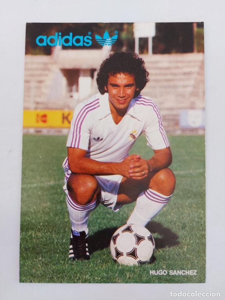 ANTIGUA FOTOGRAFIA TAMAÑO POSTAL DEL GRAN HUGO SANCHEZ JUGADOR DEL REAL MADRID PUBLICIDAD DE ADIDAS (Coleccionismo Deportivo - Postales de Deportes - Fútbol)