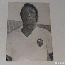 Collectionnisme sportif: ANTIGUA FOTOGRAFIA POSTAL DEL JUGADOR DEL VALENCIA C.F JUAN CRUZ SOL AÑOS 60 / 70. Lote 260305360