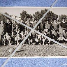 Coleccionismo deportivo: DIFICIL FOTO POSTAL DE FUTBOL JUGADORES DEL BARCELONA AÑOS 50 ORIGINAL. Lote 267324519