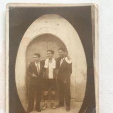 Coleccionismo deportivo: POSTAL FOTOGRÁFICA JUGADOR DE FÚTBOL DE LA JUVENTUT BISBALENCA 1930'S. BISBAL DEL PENEDÈS.. Lote 272179088