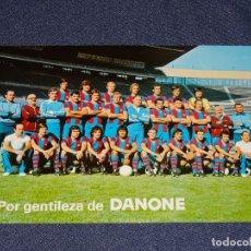 Coleccionismo deportivo: POSTAL FC BARCELONA - POR GENTILEZA DE DANONE PLANTILLA 1976 / 77 FOTO SEGUI, JOHAN CRUYFF. Lote 276519253