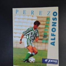 Coleccionismo deportivo: POSTAL FÚTBOL REAL BETIS - FOTO DEL JUGADOR ALFONSO PÉREZ - PUBLICIDAD JOMA. Lote 278946153