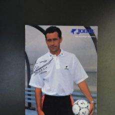 Coleccionismo deportivo: POSTAL FÚTBOL REAL MADRID - FOTO DEL ENTRENADOR VALDANO - PUBLICIDAD JOMA CON AUTÓGRAFO. Lote 278946928